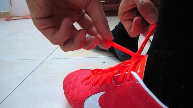 Cách buộc dây giày đá bóng chặt