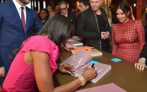 Cô Kim xếp hàng xin chữ ký bạn thân